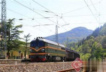 """云南:铁路集装箱铺起煤炭""""绿色运输路"""""""